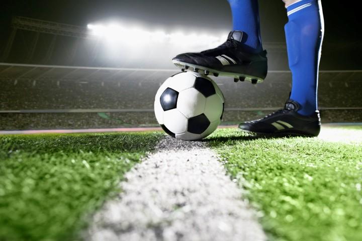 Technische Monofile im Fußball - Bild von Fußballer auf Kunstrasen auf dem technische Monofile eingesetzt werden